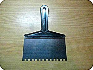 Шпатель зубчатый с пластм ручкой 95мм